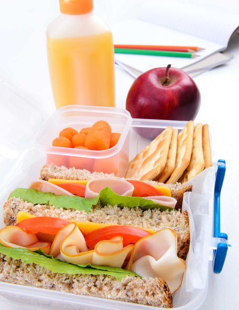 """<p>Una de las mejores opciones para comer a buen precio y <strong>con todas las garantías de que se trata de algo sano, es prepararlo tú misma</strong>. Para ayudarte, Álex Pérez, nutricionista de <a href=""""http://www.go-fit.es/Paginas/home.aspx"""" target=""""_blank"""">GO fit</a>, nos propone cinco recetas saludables, una para cada día laborable, <strong>para que preparar el tupper a diario no se convierta en un quebradero de cabeza</strong>. Además, nos da consejos para preparar y conservar mejor los alimentos. Psst. El primer consejo de Álex es que pasta, arroz, legumbres, verduras y proteínas nunca falten en tu tupper saludable. <strong>""""De nada te vale desayunar como un rey y cenar como un mendigo si a la hora de comer</strong> descuidas comer como un príncipe"""", dice.</p><p></p>"""