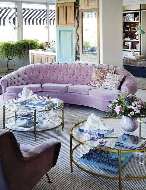 <p>El sofá circular años 40 marca la frontera entre el salón y el mueble-bar. Es un mod. de L.A. Studio, tapizado con tela <i>Habana,</i> de Gastón y Daniela. Cojines, de ABC Home, y mesas de centro de latón y cristal, de L.A. Studio.</p>