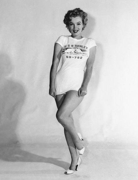 <p>En tiempos en los que parece que cualquier gramo sobra, ahí están las fotos de Marilyn para recordarnos que las curvas son sexys. Con 1,66 cm de altura y unos 64 kilos de peso, la actriz tuvo uno de los cuerpos más deseados del celuloide, en tiempos en los que el photoshop y la dieta de la alcachofa aún no hacían estragos entre las celebs. De hecho, la revista People la eligió como 'La mujer más sexy del siglo XX'.</p>