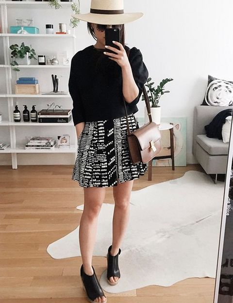 """<p>Cuando no se tiene fotógrafo, el espejo es aliado. Erica Choi (<a href=""""https://instagram.com/eggcanvas/"""" target=""""_self"""">@eggcanvas</a>), directora de arte en Barneys New York es una de las miles usuarias de Instagram que muestra su look frente al espejo. <strong>Como usuaria, y por su profesión da varios consejos para que salgan mejor:</strong> Buena luz, separar las piernas y adelantar una, para parecer más alta cortar espacios inferiores y superiores y crear movimiento con ayuda de los complementos. Truco final, no mirar a al espejo (la cara sale al revés) sino a la pantalla del móvil. Voilá.</p>"""