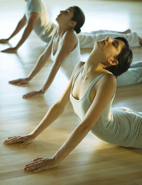 """<p>Después de practicar el director de <a href=""""http://city-yoga.com/"""" target=""""_blank"""">City Yoga</a> nos recomienda no comer inmediatamente. """"Es mejor beber agua y dejar pasar unos 20 minutos antes de tomar algo más sólido"""", dice. """"Después de la práctica el cuerpo necesita hidratarse y no conviene hacer trabajar a los órganos directamente (hígado, páncreas, etc.) con la comida"""", añade.</p><p>&nbsp;</p>"""