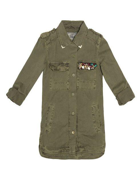 <p>Apostamos sobre seguro con esta <strong>camisa de Zara,</strong> también para llevar como parka.</p>