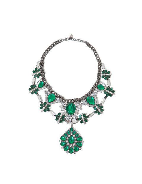 <p>Parece mentira que este collar increíble tan sólo cueste <strong>29'95€ en Zara.</strong> Lo veremos mucho sobre camisetas de algodón.</p>