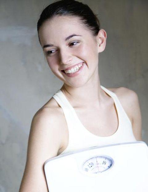 """<p>¿Cómo se calcula el peso ideal (o saludable) de una persona? """"La determinación del peso ideal se basa en tres cuestiones fundamentalmente: <strong>en primer lugar es necesario calcular el índice de masa corporal (IMC), dividiendo el peso (kg) por la estatura</strong> al cuadrado (m2). """"El resultado de este cálculo matemático nos dará una cifra en función de la cual podemos determinar si nuestro peso es saludable, si tenemos sobrepeso, obesidad o si por el contrario nuestro peso es excesivamente bajo"""", explica Marta Gámez. <strong>""""En segundo lugar debemos valorar la composición corporal</strong> de cada persona, pues el IMC no tiene en cuenta si nuestra masa corporal está proporcionada en su composición en cuanto a grasa corporal, masa magra y muscular, líquidos corporales, etc. Este tipo de datos se extraen fácilmente de <strong>estudios de composición corporal realizados con equipos basados en bioimpedancia multifrecuencia""""</strong>, dice. """"Finalmente, nunca hay que perder de vista las posibilidades y expectativas de cada persona, pues es fundamental establecer un <strong>objetivo realista y no tan centrado en el peso o el índice de masa corporal</strong>, sino en la reducción de la grasa corporal buscando en todo momento nuestro bienestar"""", añade. </p><p></p>"""