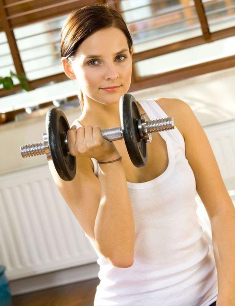 <p>¿Crees que por hacer algunas sentadillas y coger unas pesitas pequeñas ya estás cumpliendo con el entrenamiento de fuerza? Lo sentimos pero no es suficiente.<strong> Si quieres endurecer, moldear, bajar de peso y tener un cuerpo fuerte y definido, tienes que trabajar con más peso</strong>. Como verás más adelante, no aumentarás volumen ni parecerás un culturista. Y sí, ésta es la clave de los esculturales cuerpos de las celebrities.&nbsp;</p><p>&nbsp;</p>