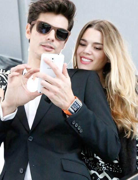 <p>Mirian y Javier, a las puertas del pabellón 14, repasan el calendario de desfiles de la jornada a través de sus Samsung Galaxy Note 3. Hoy toca apoyar a los jóvenes diseñadores.</p>
