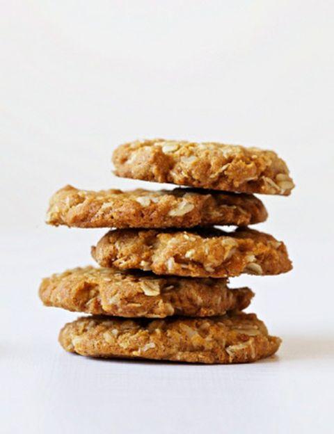 <p>Como el arroz, el maíz o el trigo, la avena es un cereal. <strong>Tradicionalmente se utilizaba para alimentar a los animales por su alto contenido en proteínas</strong> hasta que se descubrieron sus múltiples propiedades beneficiosas para la alimentación humana y la industria cosmética. Desde los tradicionales copos y papillas de avena, pasando por los jabones,<strong> los productos alimenticios y cosméticos elaborados con este cereal se han multiplicado</strong> y pueden encontrarse en supermercados, herbolarios, farmacias y tiendas de alimentación natural.</p><p>&nbsp;</p>