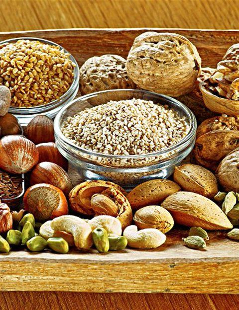<p>La fibra (un polisacárido distinto del almidón), procedente de alimentos de origen vegetal, <strong>puede ser soluble e insoluble</strong>. La primera (pectinas, materias gomosas y mucílagos) se digiere fácilmente, mientras que la insoluble (celulosa, hemicelulosa, lignanos, etc.) <strong>atraviesa el intestino sin digerirse. Además de en los alimentos vegetales, cereales y semillas</strong>, también puedes conseguir fibra a base de suplementos especiales o alimentos enriquecidos, pero antes de consumirlos es mejor consultar a un especialista.</p><p></p>