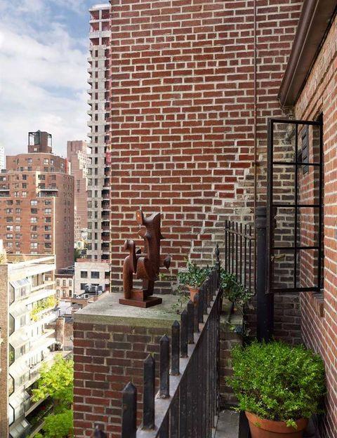<p>Desde el balcón pueden contemplarse las grandes torres de vidrio del centro de Manhattan. Esta zona da al apartamento una sensación de espacio adicional. Sobre la repisa, una escultura cubista del artista Mario dal Fabbro, en Galería Maison Gerard, aporta un plus de estética.</p><p></p>