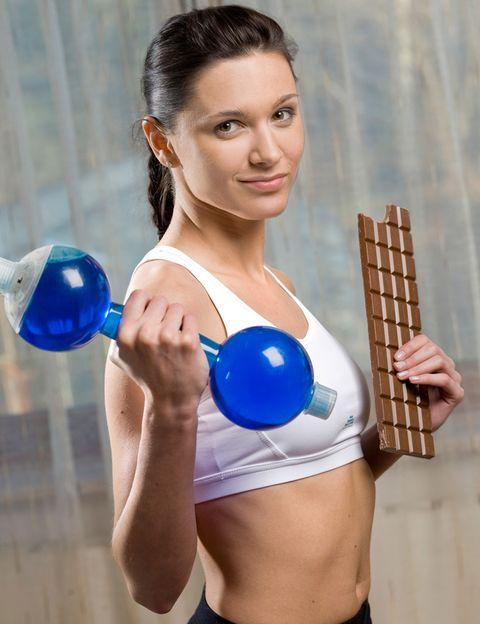 """<p>&nbsp;Álex Pérez, nutrricionista de los centros <a href=""""http://www.go-fit.es"""" target=""""_blank"""">GO fit</a> te propone este menú, <strong>rico en proteínas y carbohidratos</strong>, para los días en los que vayas a hacer entrenamiento de fuerza. <strong>Desayuno.</strong> Avena con leche. Sándwich con aguacate y pechuga de pavo. Té negro. <strong>Comida.</strong> Arroz tres delicias. Solomillo de ternera a la plancha. Plátano con pistachos. <strong>Cena.</strong> Humus con crudités de verdura. Atún a la plancha. Queso de Burgos con miel. <strong>Psst.</strong> La ternera es una fuente de proteína de alto valor biológico y de hierro hemo. Por su parte, el humus es rico en &nbsp;carbohidratos y proteína, y, gracias a la tahina (pasta de sésamo fermentada), aporta mucho calcio.</p><p>&nbsp;</p>"""