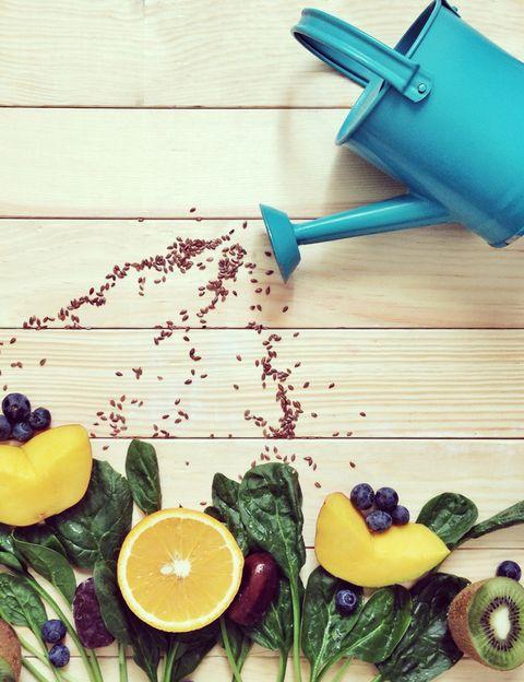 """<p><i>¿Hay alguna forma de limpiar las frutas y verduras antes de consumirlas? ¿Podemos lavarlas con algún producto o quitar la piel?</i> <strong>""""El simple hecho de lavarlas con agua fría ya ayuda algo""""</strong>, dice la autora de Yomemimo.com. Otras opciones más eficaces, según esta experta, son: """"lavar en una mezcla de agua fría y vinagre (10% vinagre blanco con 90% agua) o <strong>en una mezcla de agua con 2% de bicarbonato</strong> (enjuagar bien y dejar reposar en la mezcla durante unos 5-10 minutos) y cepillar con un cepillo para verduras/frutas"""".</p><p></p>"""