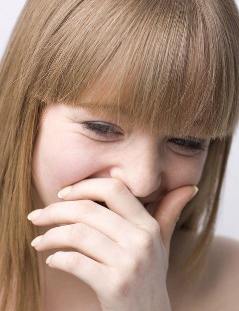 <p>Algunas mujeres orientales se cubren la boca con la mano cuando se ríen. Se trata de un acto reflejo que se hace por costumbre pero que en realidad tiene su origen en una antigua tradición. Hace siglos, en algunas zonas de Asia Oriental las mujeres solían teñirse la dentadura. Esta tradición se conocía con el nombre de Ohaguro y al principio se hacía en mujeres de clase alta que alcanzaban la madurez, aunque con el tiempo se fue extendiendo a todas las clases sociales y se hacía para diferenciar a las mujeres casadas. Para evitar enseñar los dientes, empezaron a cubrirse con la mano al sonreír y, en la actualidad, este gesto se trata de una costumbre de lo más extendida entre las asiáticas.</p>