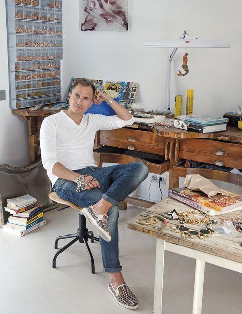 <p>Anton Heunis en uno de los lugares favoritos de su casa: el taller. Aquí despliega su inspiración y diseña alguna de las exquisitas joyas de su firma internacional que este año celebra su décimo aniversario. </p>