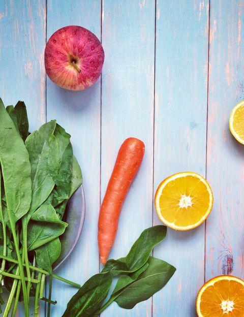 """<p><i>¿Qué se entiende por alimentos sucios y limpios?</i> """"La lista de alimentos 'contaminados/sucios' y alimentos 'limpios' se basa en <strong>un análisis realizado por el Departamento de Agricultura en Estados Unidos de 32.000 muestras</strong> a partir de 48 distintas frutas y verduras"""", dice Alejandra Fraile, health coach y autora del blog <a href=""""http://www.yomemimo.com/"""" target=""""_blank"""">Yomemimo.com</a>. <strong>Psst.</strong> Aunque te hablaremos de ellos, <strong>puedes encontrar la lista completa de los alimentos """"dirty dozen & clean fifteen</strong>"""" en la web <a href=""""http://www.ewg.org/"""" target=""""_blank"""">The Environment Working Group</a>, una organización sin ánimo de lucro dedicada a mejorar la salud de la gente y a vivir en un entorno mejor. </p><p></p>"""