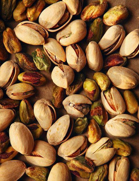 """<p>&nbsp;</p><p>Es cierto es que son alimentos con un aporte calórico considerable debido a su contenido en grasas. Sin embargo, como dice la nutricionista, <strong>""""los frutos secos son una fuente nada despreciable de proteínas vegetales y las grasas que poseen son insaturadas</strong>, por lo que protegen contra enfermedades cardiovasculares, como es el caso de las nueces, entre otros"""". """"Se trata de buscar la moderación en las cantidades y de incorporar los frutos secos en platos saludables como ensaladas, salteados, con yogur, etc. <strong>Las versiones crudas o tostadas son opciones más saludables que las que se comercializan fritas y saladas"""". Psst.</strong> Una ración de 20 g de frutos secos aporta sólo unas 100-120 kilocalorías y multitud de beneficios. """"De hecho, una de las características de <strong>la dieta mediterránea es que incluye frutos secos de forma habitual</strong>"""", apunta la experta de <a href=""""http://www.gruponcsalud.com/index.php/es/"""" target=""""_blank"""">Grupo NC Salud</a>.</p><p>&nbsp;</p><p>&nbsp;</p>"""