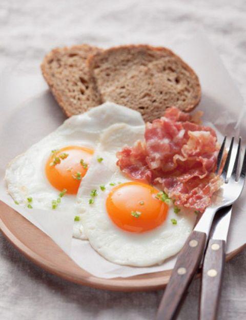 """<p>El nutricionista de <a href=""""http://www.go-fit.es/"""" target=""""_blank"""">GO fit</a> nos propone un brunch saludable. <strong>Salmorejo. 100% mediterráneo</strong>, es ideal para empezar el día con energía. Hecho con abundante tomate, un poco de miga de pan, un chorrito de aceite de oliva, vinagre y una pizca de ajo. """"Si le añadimos unas virutas de buen jamón y huevo duro tendremos un plato sabroso y nutritivo"""". <strong>Tabulé a la menta. Hecho con cuscús, verduritas</strong> frescas y regado con un poco de zumo de limón y unas hojas de menta. """"Este plato conseguirá refrescar nuestro cuerpo y facilitar nuestra digestión"""". <strong>Ensalada de fruta. El plato estrella, que nos ayudará a hidratar nuestro cuerpo</strong> tras los excesos de la noche. Piña, naranja, fresas, plátano, sandía, melón y un poco de zumo de arándanos. """"Una buena dosis de antioxidantes devolverán a nuestro cuerpo el brillo y la energía perdida"""". <strong>¿La bebida ideal? Agua rica en bicarbonato para ayudar a neutralizar la acidez</strong> de nuestro organismo. """"Con este brunch te sentirás renovada y llena de vitalidad.</p><p></p>"""