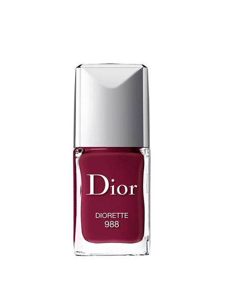 <p>Un tono frambuesa oscuro ideal para el otoño. <strong>Dior</strong> mantiene su colección 'Vernis', una opción sencilla al mismo tiempo que elegante, y que combina tanto para tus looks de noche como de día. Y es que, como el diseñador decía: &quot;la elegancia debe ser un equilibrio entre la simplicidad, la atención, la naturalidad y la distinción&quot;.</p>