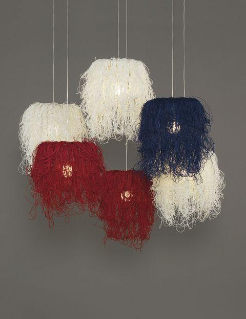 <p>¿A que te dan ganas de tirar del hilo?... La lámpara Caos, de <strong>Arturo Álvarez,</strong> enamora con su forma de maraña despeinada. De cordón de celulosa reciclada, se encuentra en varios colores. </p>