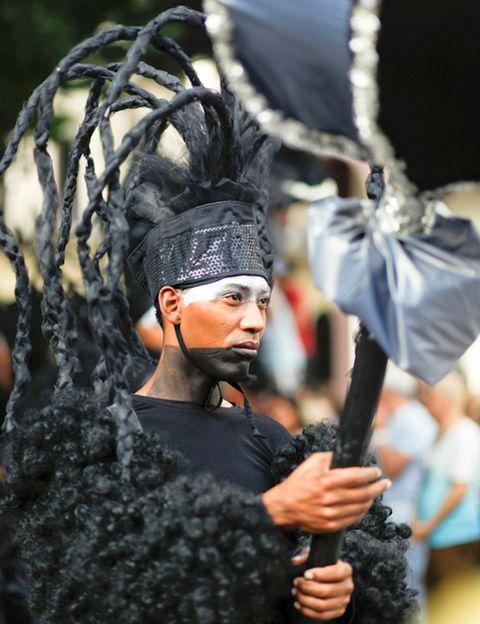 """<p>""""La performance en La Habana fue una explosión de vida, de color en negros, de baile sin fin y música estridente. Fue una tarde llena de sol, de calor casi insoportable y de miles de gentes desconocidas abrazándose al ritmo de la conga. Una serpiente de bailarines vestidos con trajes maravillosamente voluptuosos, de negro de pies a cabeza, invadieron las calles... niños y mayores no creían lo que de repente estaban viendo. Fue una representación memorable, extraordinaria, también para todos aquellos los que viajamos a la avenida meridiana de la ciudad La Habana para participar in situ de la visión que Los Carpinteros tienen de su Cuba querida"""".</p>"""