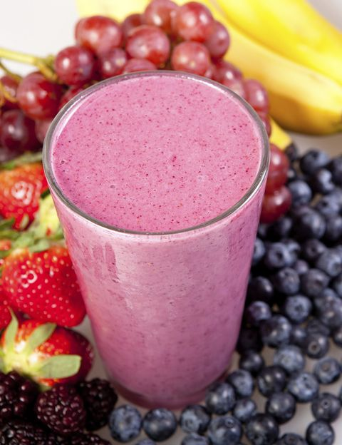 """<p>Cuidarte por dentro y por fuera es fundamental para mantenerte guapa. Y <strong>una de las mayores herramientas de belleza puede estar precisamente en tu cocina si te haces con una buena batidora</strong> de vaso para preparar zumos, smoothies, batidos, cremas y hasta mascarillas de frutas y vegetales. Ideales para cuidarse en cualquier época del año pero especialmente en verano, cuando la piel necesita un extra de vitaminas e hidratación.</p><p><strong>""""Esta ingesta de fruta y verdura suele ser complicada porque no tenemos tiempo</strong>, nos da pereza o no sabemos cómo combinarlas para que resulten apetecibles al paladar"""", dice la nutricionista Silvia Riolobos, que ha diseñado junto con la firma de batidoras Oster el Programa """"Revitalízate"""", para que cuidarte se convierta en un placer</p><p></p>"""