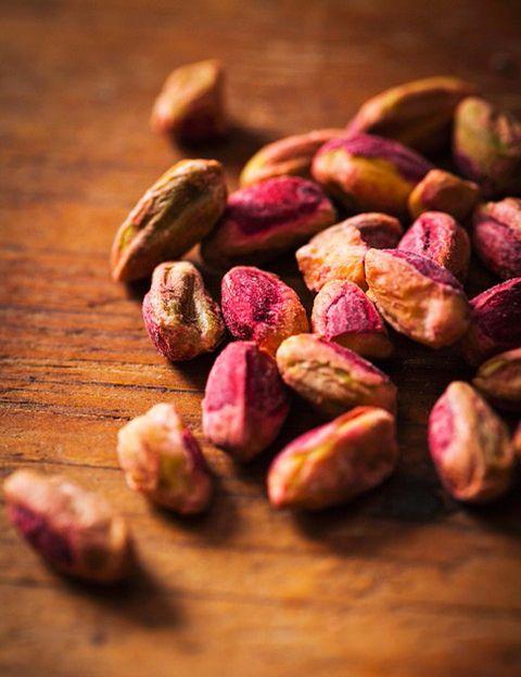 <p>&nbsp;</p><p>Además de ser uno de los frutos secos que menos calorías aporta, <strong>es uno de los más ricos en fibra (2,8 g por ración) y en proteínas vegetales</strong> (6 g por ración). Gracias a su contenido en grasas insaturadas y monoinsaturadas, ácido linoleico y esteroles vegetales, los pistachos ayudan a mantener los niveles normales de colesterol en sangre. También son <strong>una gran fuente de potasio y tiamina, por lo que contribuyen a regular la presión arterial</strong> y al buen funcionamiento del corazón. Además, mejoran y regulan el tránsito intestinal, ya que una ración de pistachos aporta 3 gramos de fibra, lo que equivale a más del 10% de la cantidad diaria recomendada. <strong>También favorecen la vista, con nutrientes como la riboflavina, la luteína</strong> y la zeaxantina, que actúan como antioxidantes y la protegen del daño solar. Y mantienen los dientes fuertes gracias al aporte de fósforo, un nutriente imprescindible para la buena salud dental. <strong>Psst.</strong> Los pistachos también son <strong>muy recomendables para deportistas, ya que fortalecen los huesos y músculos</strong> proporcionado proteínas vegetales, fósforo, magnesio y potasio, que también ayudan a combatir el estrés.</p><p>&nbsp;</p>