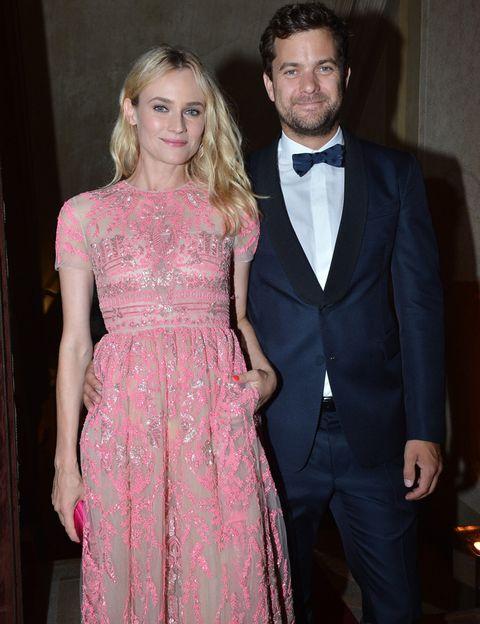 <p>Sonrientes, relajados y así de elegantes aparecieron <strong>Diane Kruger y Joshua Kackson</strong> en la fiesta de Valentino celebrada durante el festival de Venecia.&nbsp;</p>