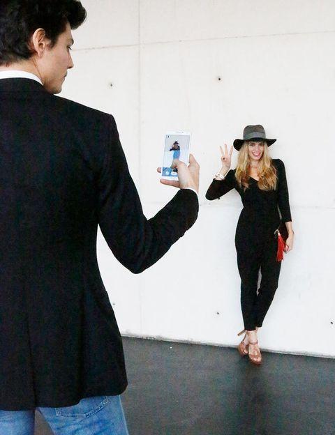 <p>Antes de comenzar la jornada, Mirian le pide a Javier que le haga una foto con la que mostrar en sus redes sociales su look elegido para hoy. La zona es un clásico conocido por los buscadores de los mejores looks de Street Style de la pasarela.</p>