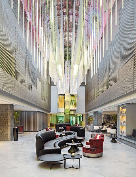 <p>Con una impresionante bóveda de 300 m2, el lobby del hotel cuenta con pantalla multimedia.</p>
