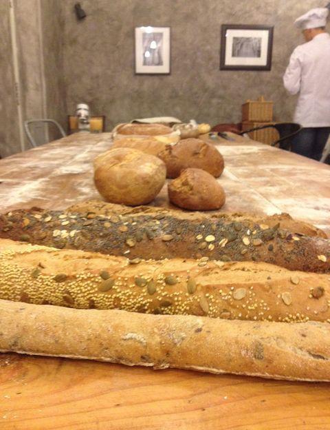 """<p>Mezclar, amasar, reposar, volver a amasar y hornear. Éstos serían los pasos a seguir con nuestros ingredientes para conseguir ese pan con el que después nos vamos a chupar los dedos. ¿Por qué creemos que meter las manos en la masa merece tanto la pena? <strong>Miguel de Torres</strong>, apasionado del pan y precursor de la '<a href=""""http://panycebollataller.com/"""" target=""""_blank"""">Escuela Pan y Cebolla</a>',nos hace una declaración que recoge nuestras principales motivaciones: &quot&#x3B;Porque conseguirás un pan de mayor calidad que el que puedas comprar en la mayoría de las panaderías. Un pan que huele a pan, un pan que dura en perfectas condiciones hasta 3-4 días. Porque es algo que haces con tus propias manos, porque puedes elegir las mejores harinas sin desequilibrar tu presupuesto. Porque se puede convertir en una afición que da resultados desde el primer momento y nunca se termina de aprender y experimentar&quot&#x3B;. ¿Decidida para comenzar?</p>"""