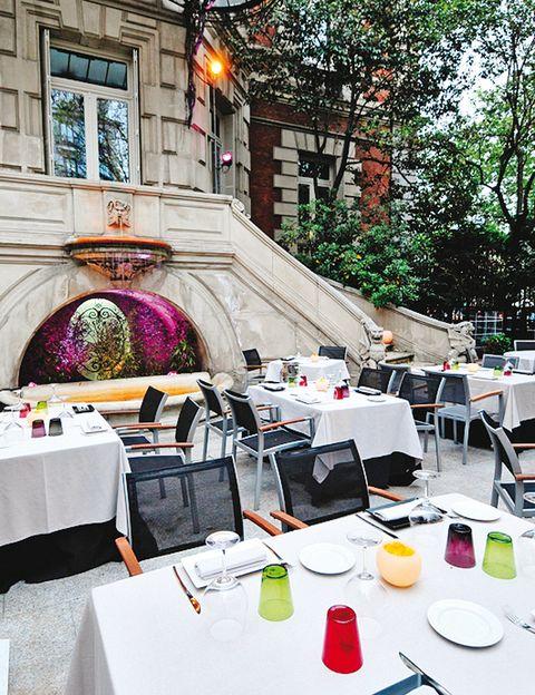<p>El Palacio de Linares esconde un exuberante jardín donde podrás disfrutar la exquisita cocina del restaurante Cien Llaves. El gazpacho de remolacha con boquerones es el plato estrella.</p><p><strong>Paseo de Recoletos, 2, Madrid, tel. 915 77 59 55. Precio medio: 45 €.</strong></p>