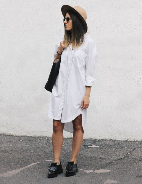 <p>Una opción que nos encanta, un vestido camisero blanco o camisa XXL hará las veces de vestido de oficina, y con las mangas rremangadas, también para salir.</p>