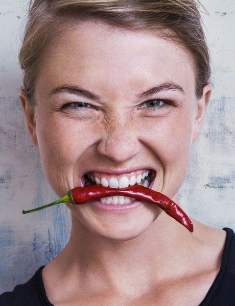 """<p>""""<strong>Somos lo que comemos, como dice el refrán, pero en realidad</strong>, quiénes somos influye en lo que comemos &nbsp;y en cómo comemos"""", dice Tania Sanz, nutricionista y autora del blog <a href=""""http://www.habitualmente.com/"""" target=""""_blank"""">Habitualmente.com</a>. Según esta experta """"<strong>los hábitos de alimentación pueden revelar grandes rasgos de la personalidad</strong> y a la inversa, la personalidad describe cómo comemos"""". """"La personalidad está formada por el temperamento y el carácter, ambos ejerciendo una gran influencia sobre qué comemos (selección), <strong>cómo comemos (horarios y circunstancias) y por qué lo hacemos (motivos)</strong>"""", explica. Es importante tomar esto en cuenta para mejorar nuestra alimentación y salud en general. &nbsp;Según esta experta un estudio ha demostrado que la personalidad influye en la selección de alimentos. """"Y no sólo eso, <strong>en esta preferencia por cierto tipo de alimentos influye la edad, el género y las tradiciones personales</strong>"""", añade. A continuación te describimos diferentes tipos de personalidades, sus formas de comer y los consejos de la experta para mejorarlas. ¿Con cuál te identificas?</p><p>&nbsp;</p>"""