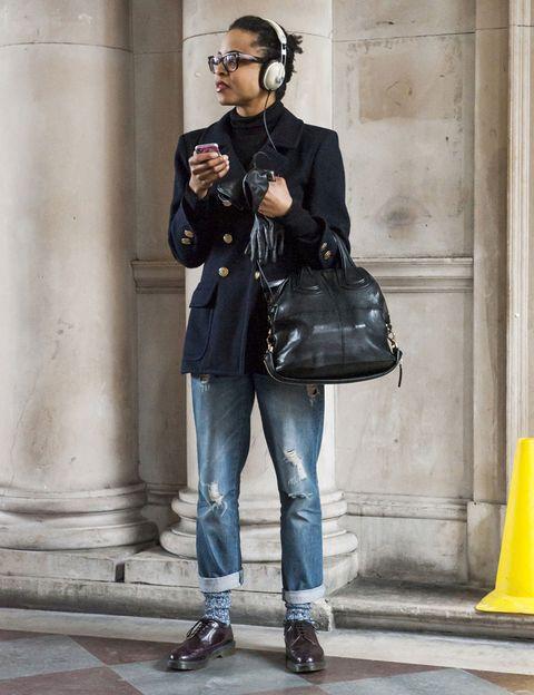 <p>Nos encanta este 'look' masculino de vaqueros rotos 'boyfriend', 'blazer' marinera con la botonadura dorada y 'oxford' en color berenjena. El toque especial lo dan los calcetines de punto vistos.</p>