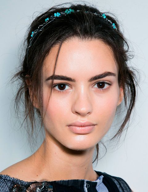 <p>Una diadema-joya marca el look de <strong>Bottega Veneta</strong>. Se coloca sobre un recogido despeinado mientras que el rostro se maquilla en tonos nude con una base de maquillaje luminosa.</p>