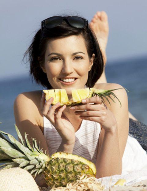 <p><strong>O de la sandía, o de las ensaladas, o de las manzanas…</strong> Hay quienes pretenden adelgazar rápido a base dietas monotemáticas, normalmente a base de fruta. No lo intentes, no sólo no funciona y el peso que pierdas será ficticio (a base de líquidos) sino que <strong>estarás sin energía y la falta de nutrientes básicos</strong> puede llevarte a importantes problemas de salud, empezando por un incómodo estreñimiento. Las dietas sólo a base de proteínas, sobre todo sin control, también son <strong>muy peligrosas y pueden causarte un problema</strong> de hígado y riñón, además de un desagradable mal aliento.</p><p></p>