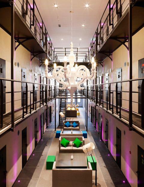 <p>Ubicado en la localidad de Roermont (Países Bajos), el hotel Het Arresthuis tiene un oscuro pasado: durante el siglo XIX, fue una prisión. Hoy, sin embargo, es un coqueto hotel de diseño cuyas celdas se han renovado para albergar habitaciones llenas de lujos.</p>