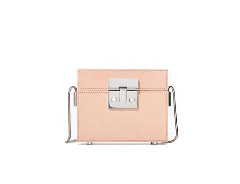 <p>En forma de caja en rosa pastel de<strong> Zara.</strong></p>