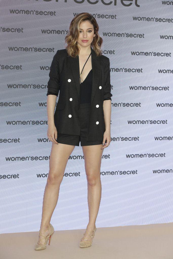 <p>Sensualidad y elegancia en este conjunto de chaqueta y pantalón con zapatos champagne de <strong>Blanca Suárez</strong>.</p>