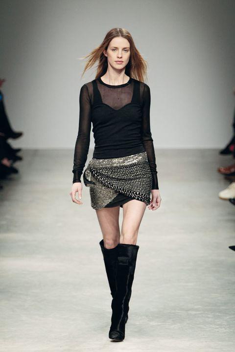 <p>Mini falda con tachuelas con capas superpuestas y top semitransparente. Las botas de caña alta, de nuevo en alza.</p>
