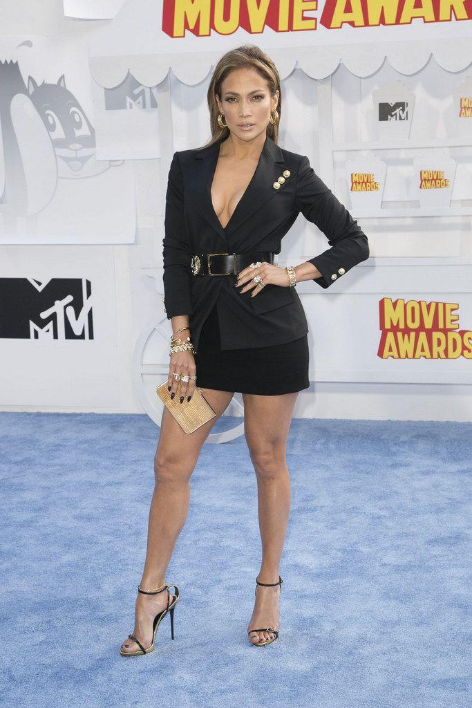 <p>De negro y muy sexy vimos a <strong>Jennifer Lopez</strong> con un traje con falda mini de <strong>Versus Versace Primavera 2015</strong> y sandalias de <strong>Giuseppe Zanotti</strong>.</p>