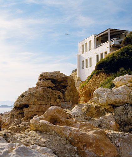 <p>Enclavada en las rocas, con vistas privilegiadas al mar Mediterráneo y una sobria fachada de paredes encaladas, la casa está en comunión con la naturaleza. </p>