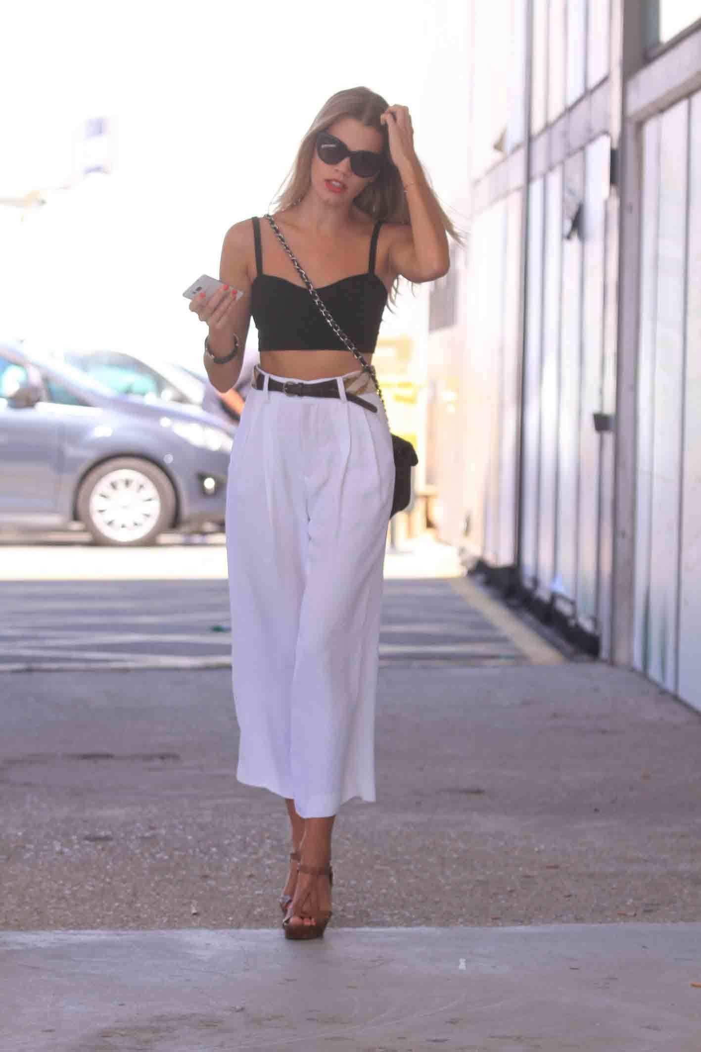 <p>Mirian vestía crop top de Brandy Melville, el pantalón palazzo blanco es de Zara, el cinturón vintage, las sandalias de Pura López y la joyería de Aristocrazy. </p>