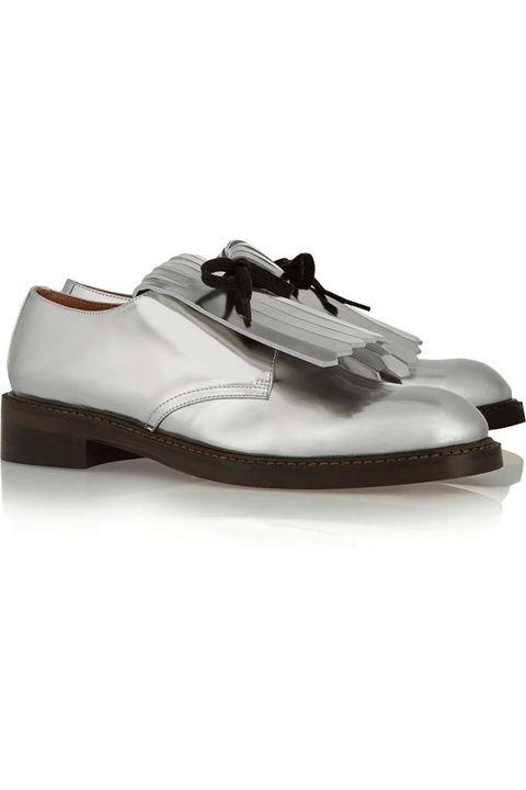 <p>El calzado masculino es una opción perfecta para pedalear. Loafers plateados con lengüeta exterior y cordones, de <strong>Marni</strong> (440 €).</p>