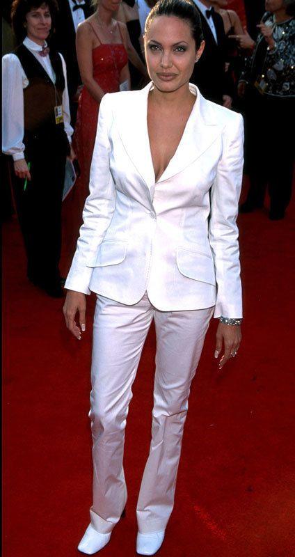 <p>Es una de las celebrities que más ha cambiado su estilo sobre la alfombra roja. Mientras ahora la vemos perfecta con estudiados estilimos, si tiramos de archivo vemos a una <strong>Angelia Jolie</strong> menos chic. En 2001 se atrevió con un <i>'total white'</i> de pantalón y chaqueta. <strong>Falló en...</strong> los zapatos blancos y en el tamaño de la chaqueta que le quedaba grande.</p>