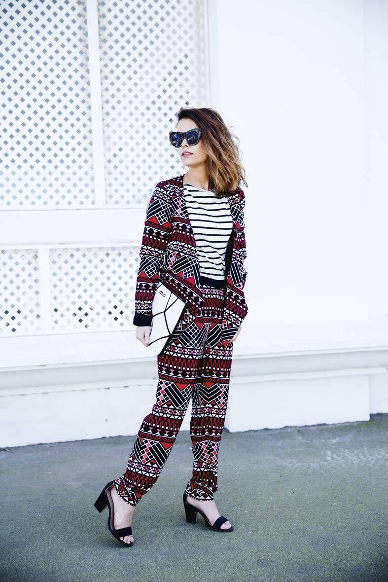 """<p>Sara se atreve con la mezcla de estampados, y en este look mezcla las rayas con un traje de inspiración tribal. El bolso de mano y las sandalias complementan el estilismo (consultar <a href=""""http://www.elarmariodelatele.com/ropa-famosos/collage-vintage/mix-and-match/186/3414"""" target=""""_blank"""">precios</a>).</p>"""