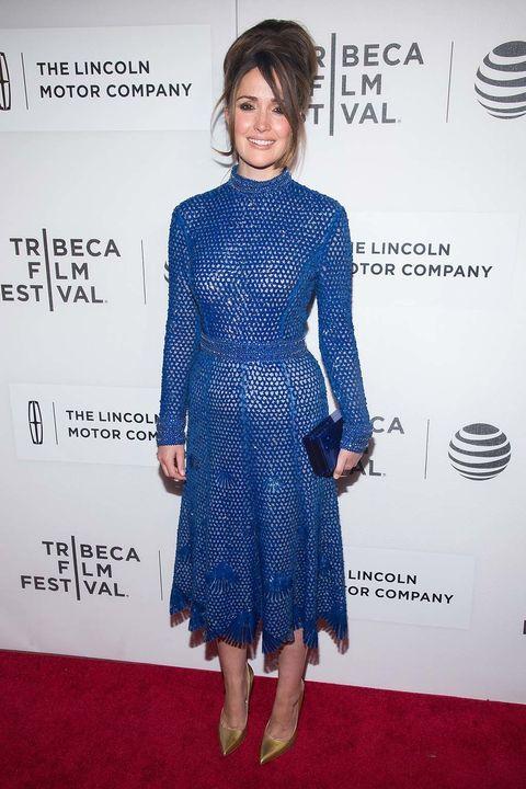 <p>&nbsp;</p><p>La actriz <strong>Rose Byrne</strong> eligió un vestido de rejilla en azul klein con calzado metalizado.</p>