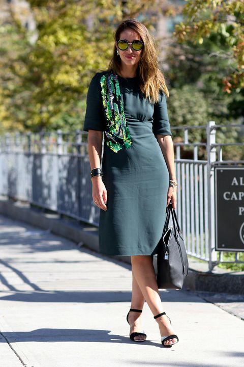 <p>Una franja de lentejuelas en tonos verdosos rompe la monotonía del estampado liso del vestido. ¿Os convence?</p>