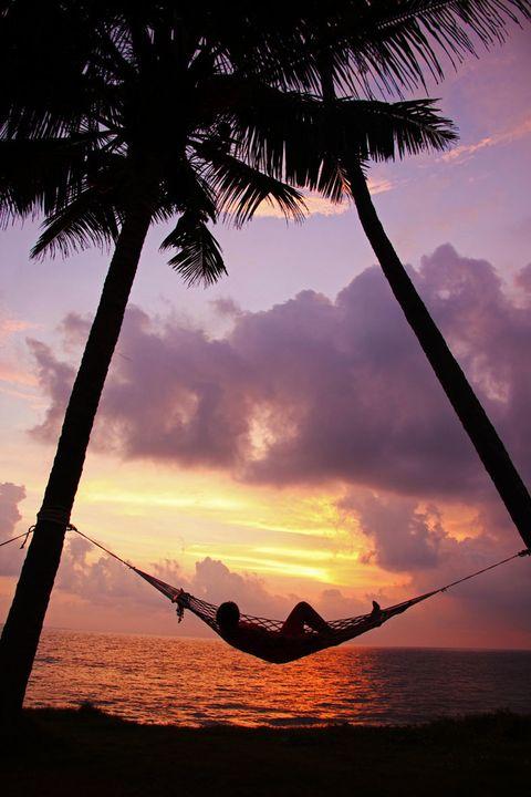 """<p>Las iniciativas pensadas <i>ad hoc </i>para personas que viajan solas son cada vez más numerosas y de mayor calidad. Fichamos un buen plan ideado por la agencia <a href=""""http://www.vuelaonline.com/"""" target=""""_blank"""">Vuela España</a>, especializada en viajes a Centroamérica y Sudamérica: su programa '<a href=""""http://www.vuelaonline.com/Tour/TRAVEL_FOR_ME-569.htm"""" target=""""_blank"""">Travel for me</a>'.</p><p><strong>¿En qué consiste?</strong> &quot;Es un viaje de grupo para quien quiere viajar solo. Se trata de una fórmula que permite viajar solo&nbsp;&nbsp; sin altos costes (generalmente los servicios para viajar una persona sola son elevados) y sin tener que ser necesariamente parte de un grupo formado mayoritariamente por parejas&quot;, nos cuentan desde la organización.</p><p>Las próximas salidas todavía están por confirmar, pero los destinos apuntan siempre países de Centro y Sudamérica, y se forman programas más centrados en la cultura del país, la gastronomía, de absoluto relax... O un <i>mix</i> con todos esos aspectos juntos. Los grupos que se forman se componen de unas 12 personas, además de un guía español, y &quot;ninguno de los participantes se conoce entre ellos, (ahí está la gracia)&quot;, insisten desde <strong>Vuela</strong>.</p>"""