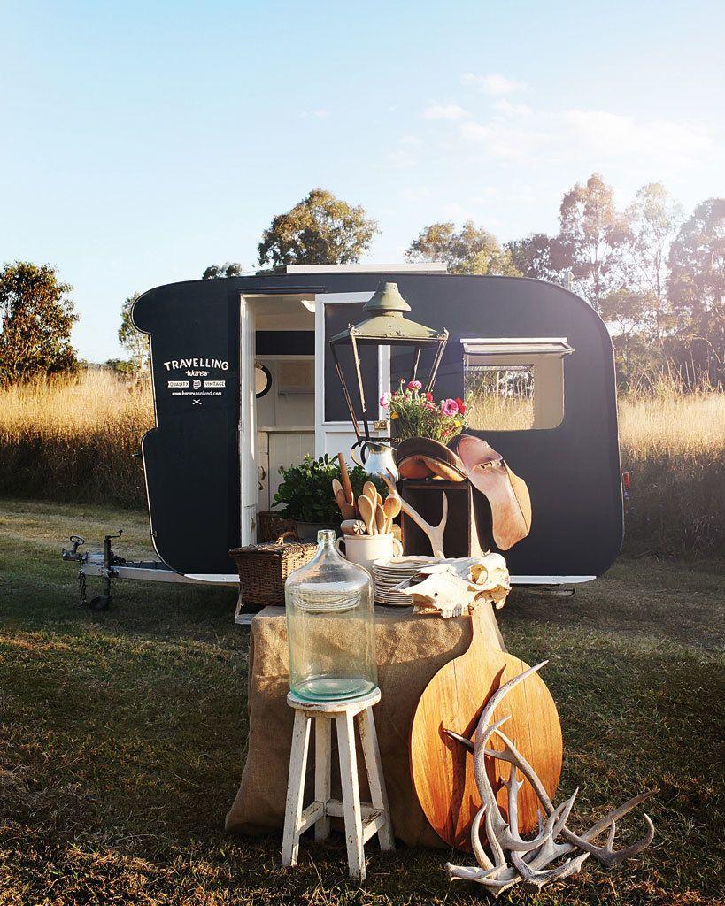 """<p>Si los <i>food trucks</i> causaron furor hace un par de años con su venta deli ambulante, ahora le toca el turno a la decoración. La diseñadora de interiores australiana Kara Rosenlund es la abanderada de esta tendencia y recorre el país en su particular cueva de Alí Babá vendiendo piezas <i>vintage</i> y objetos chic (<a href=""""http://www.kararosenlund.com/"""" target=""""_blank"""">www.kararosenlund.com</a>).</p>"""