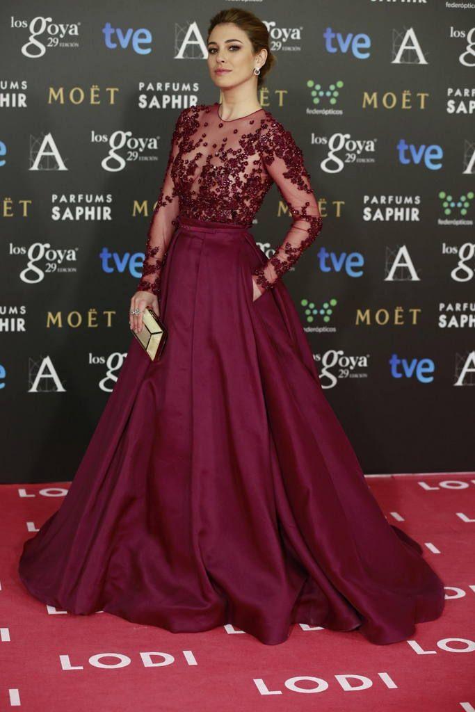 <p><strong>Blanca Suárez</strong> espectacular y muy favorecida con un vestido joya en color berenjena con transparencias y detalles de strass de <strong>Zuhair Murad</strong>. Añadió a su outfit un clutch nacarado en blanco.&nbsp&#x3B;</p>